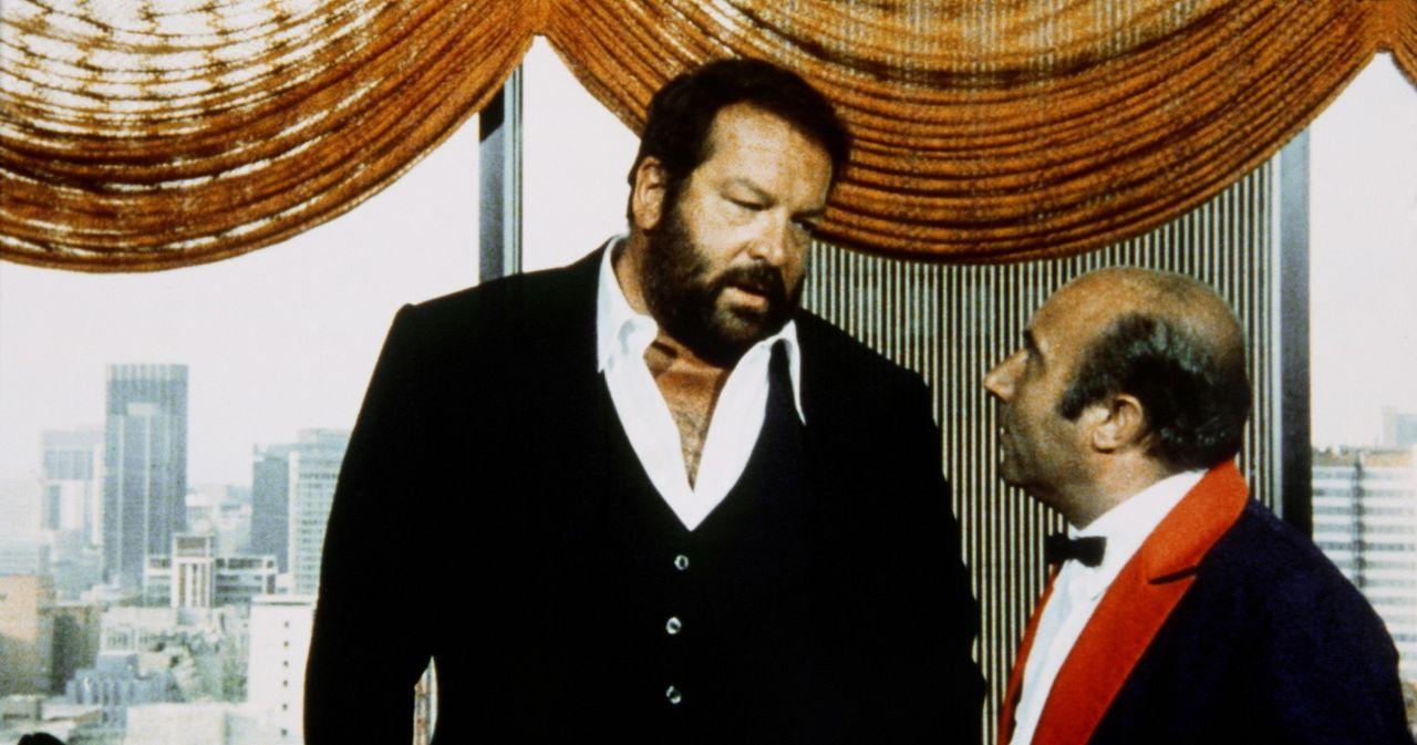 Um in einem Mordfall weiterzukommen, verschlägt es den schlagkräftigen Polizeikommissar Rizzo (Bud Spencer, l.) nach Johannesburg, wo er auf seine...