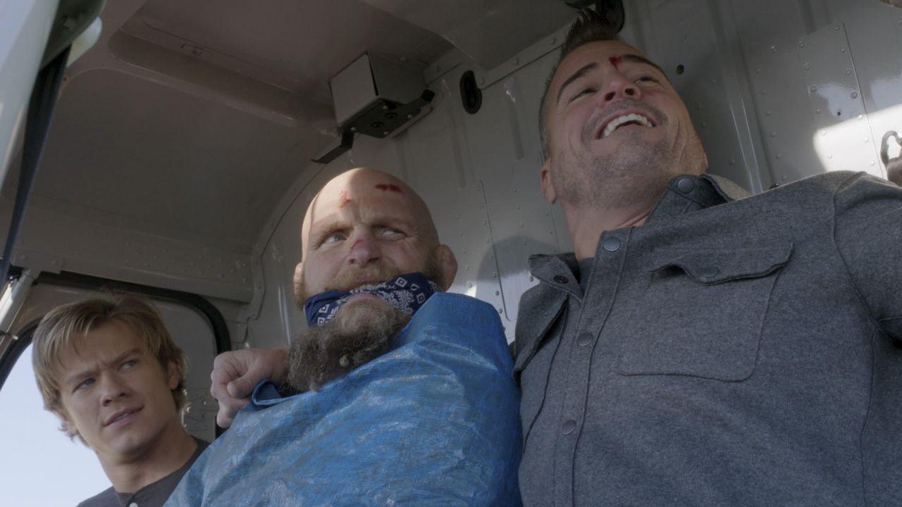 Auf dem Weg den festgenommenen Kriegsverbrecher Victor (Keith Jardine , M.) in die Heimat zu fliegen, stürzt Macs (Lucas Til, l.) und Jacks (George... - Bildquelle: 2016 CBS Broadcasting, Inc. All Rights Reserved