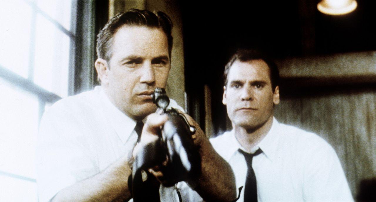 Angeblich soll Kennedys Mörder Lee Harvey Oswald aus dem 6. Stock des 'Schoolbook Depository' Gebäudes mit einem alten Repetiergewehr die Schüsse... - Bildquelle: Warner Bros.