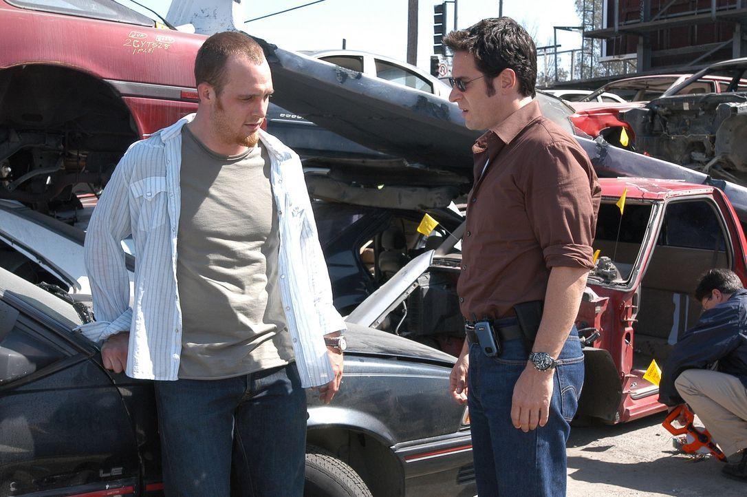 Don (Rob Morrow, r.) macht sich auf die Suche nach den verrückten Flugzeug-Tüftlern und trifft auf Blake (Ethan Embry, l.). Hat Blake mit denen was... - Bildquelle: Paramount Network Television