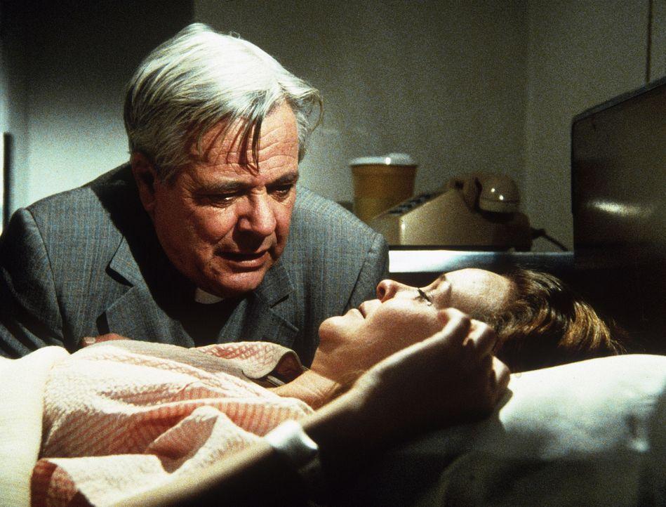 Erst als Marsha (Coleen Maloney, r.) todkrank in der Klinik liegt, findet der Vater (William Windom, l.) zu ihr zurück. - Bildquelle: Worldvision Enterprises, Inc.