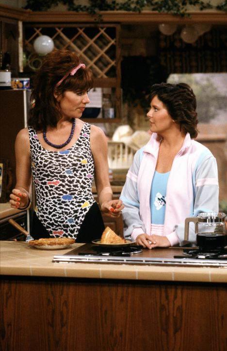 Eine schrecklich nette Freundschaft: Peggy Bundy (Katey Sagal, l.) und ihre Freundin Marcy Rhoades (Amanda Bearse, r.) ... - Bildquelle: 1987 Embassy Communications. All Rights Reserved.