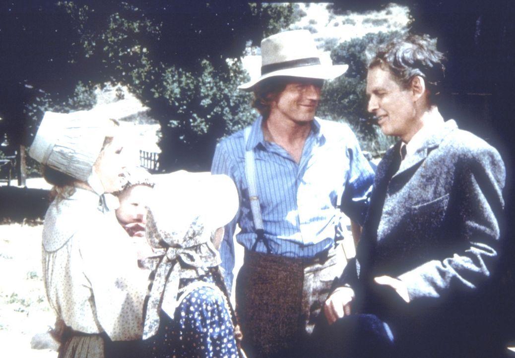 Laura (Melissa Gilbert, l.) und ihr Mann Almanzo (Dean Butler, 2.v.r.) begrüßen Almanzos Bruder Royal Wilder (Nicholas Pryor, r.) und dessen Tocht... - Bildquelle: Worldvision