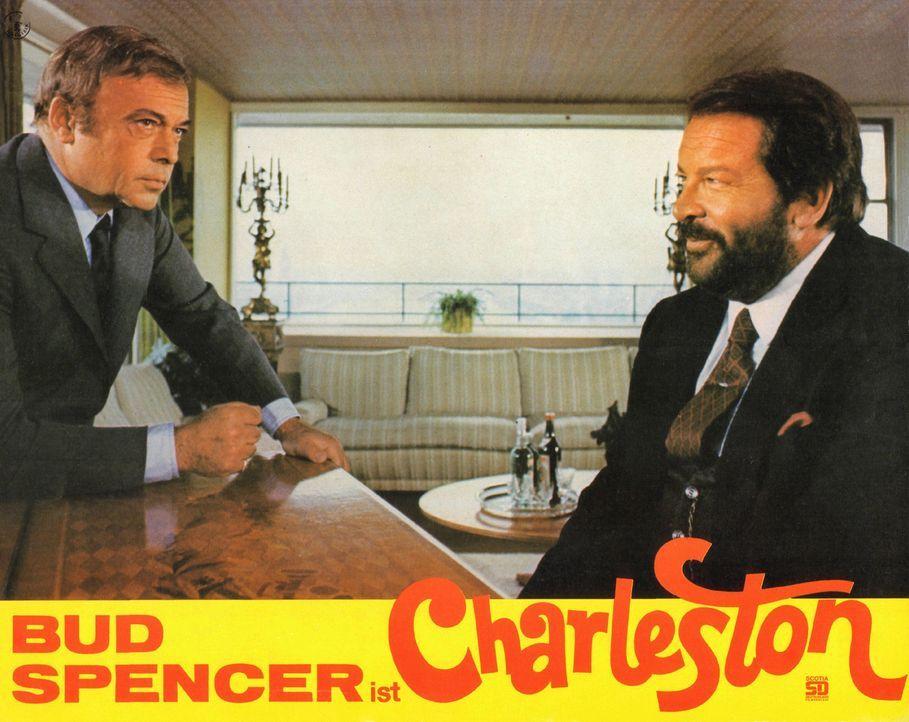 Inspektor Watkins (Herbert Lom, l.) macht dem Gauner Charleston (Bud Spencer, r.) einen Vorschlag ... - Bildquelle: Tobis Film