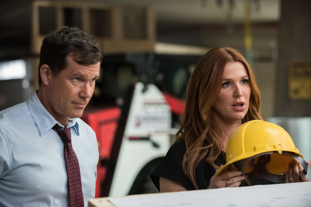 Der Unfalltod eines Obdachlosen legt eine Entführung und einen Mord offen, der Carrie (Poppy Montgomery, r.) und Al (Dylan Walsh, l.) dazu veranlass... - Bildquelle: Jeff Neumann 2015, 2016 Sony Pictures Television Inc. All Rights Reserved. / Jeff Neumann