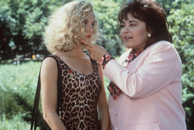 Mit Hilfe der attraktiven und jungen Olivia Honey (Maria Pitillo, l.) baut Ruth eine süße Falle für ihren untreuen Ex-Ehemann auf ... - Bildquelle: 20th Century Fox