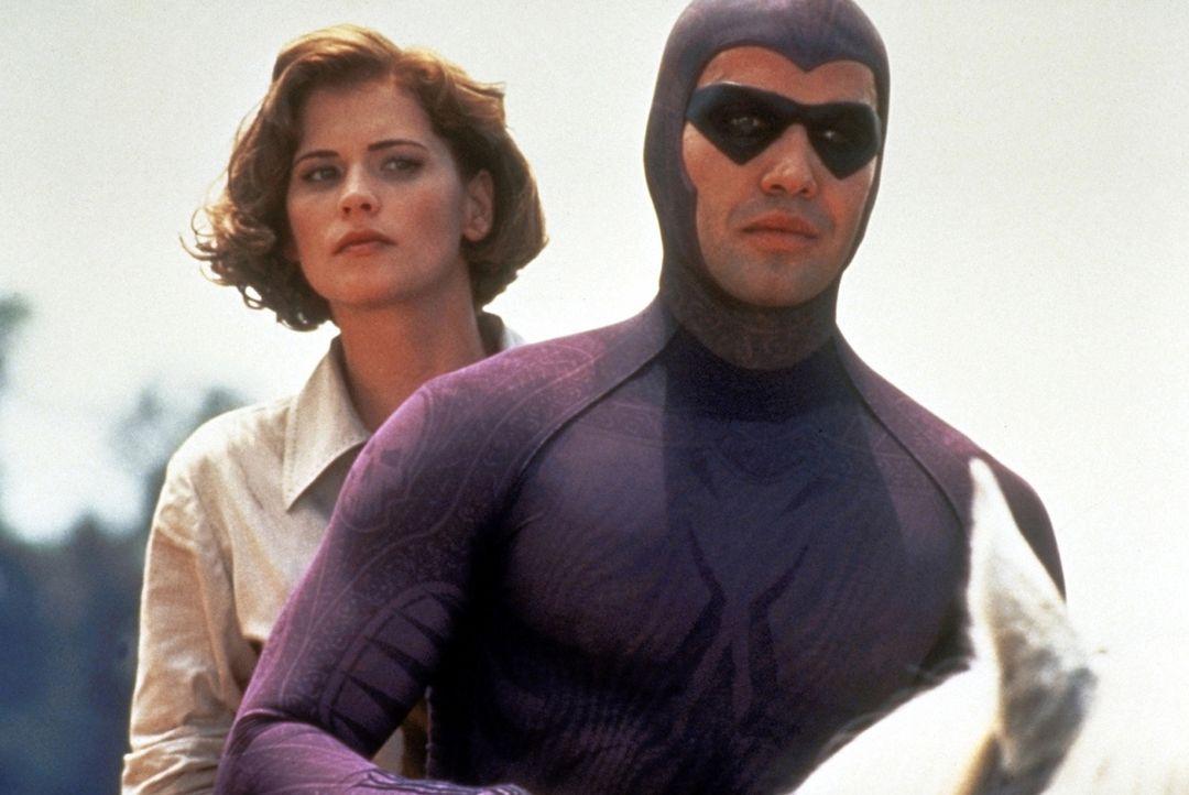 Das Phantom (Billy Zane, r.) und Diana (Kristy Swanson, l.) sind auf der Flucht vor den Jägern der sagenumwobenen Totenköpfe ... - Bildquelle: Paramount Pictures