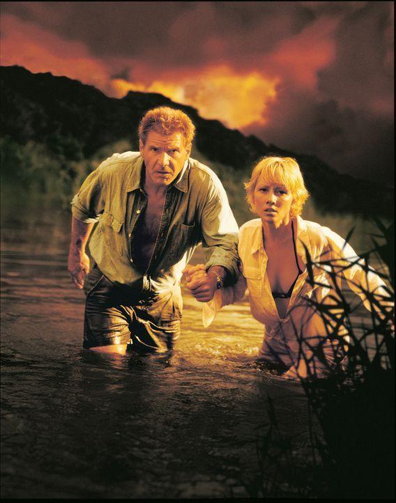 Während eines Südseeurlaubs mit ihrem Verlobten muss eine junge Journalistin Robin Monroe (Anne Heche, r.) dringend zu einem Fotoshooting nach Tah... - Bildquelle: Touchstone Pictures