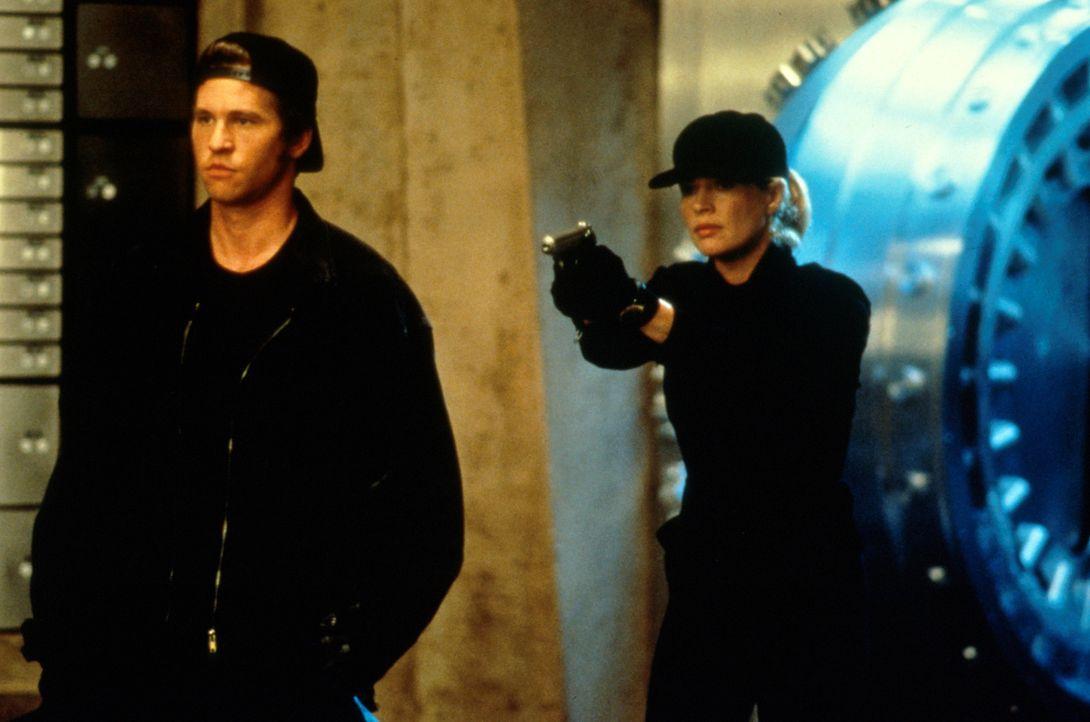 J. T. Baker (Val Kilmer, l.) versucht Karen (Kim Basinger, r.), zu einem Banküberfall zu überreden. Als Karen sich weigert, droht J. T. mit der Entf... - Bildquelle: Universal Pictures