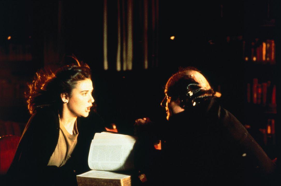 Als der dämonische Pater Lucci (Peter Friedman, r.) auftaucht, beginnt Abby (Demi Moore, l.) einen heroischen Kampf ... - Bildquelle: TriStar Pictures