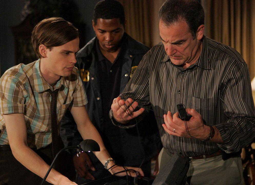 Special Agent Jason Gideon (Mandy Patinkin, r.) und Dr. Spencer Reid (Matthew Gray Gubler, l.) werden zum Staatsanwalt von Davenport gerufen, da des... - Bildquelle: Touchstone Television
