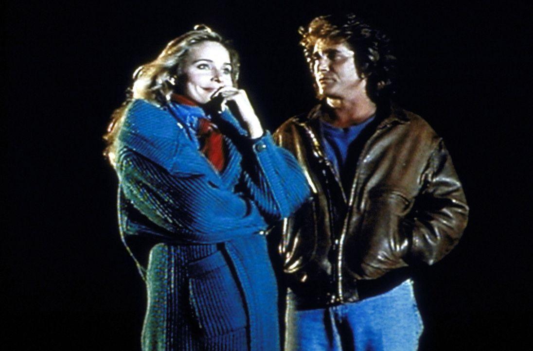 Mary (Priscilla Barnes, l.) gesteht Jonathan (Michael Landon, r.), dass sie sich in den blinden Frank verliebt hat. - Bildquelle: Worldvision Enterprises, Inc.