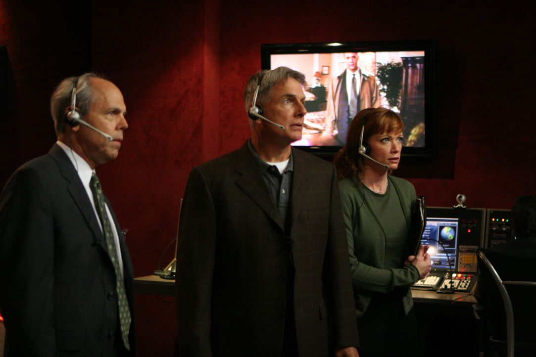 FBI Agent Fornell (Joe Spano, l.), Gibbs (Mark Harmon, M.) und Shepard (Lauren Holly, r.) beobachten ihre Undercover Kollegen am Bildschirm, die ver... - Bildquelle: TM &   2006 CBS Studios Inc. All Rights Reserved.