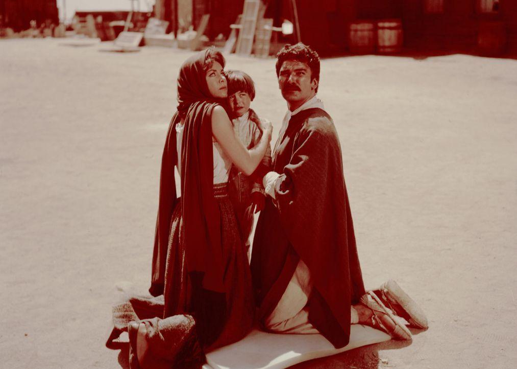 Marisol (Marianne Koch, l.), ihr Sohn Joseph (Fredy Arco, M.) und ihr Mann Julian (Daniel Martin, r.) werden in der mexikanischen Stadt San Miguel n... - Bildquelle: United Artists