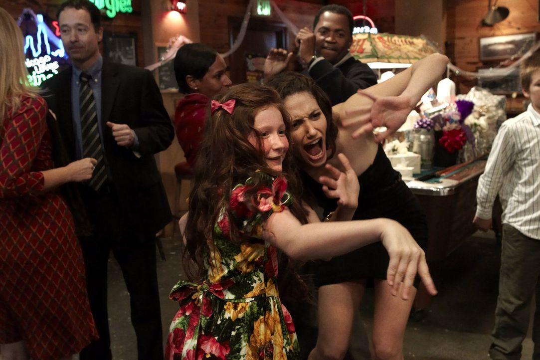 Während ihre besten Freunde heiraten, lenkt sich Fiona (Emmy Rossum, r.) mit ihrer Schwester Debbie (Emma Kenney, l.) ab, weil Steve noch nicht aufg... - Bildquelle: 2010 Warner Brothers