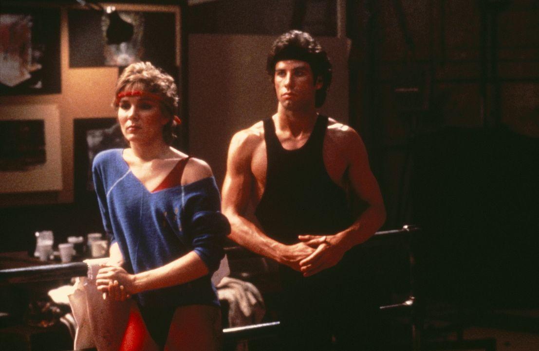 Tony Maneros (John Travolta, r.) treue Freundin Jackie (Cynthia Rhodes, l.) ist nicht begeistert, dass Tony für Laura arbeiten will ... - Bildquelle: Paramount Pictures