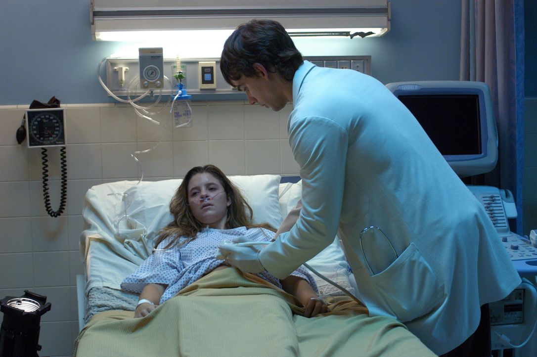 Vier Mädchen werden fast zur selben Zeit in einem sehr kritischen Zustand ins Krankenhaus eingeliefert. Miles McCabe (Christopher Gorham, r.) geht... - Bildquelle: CBS Television