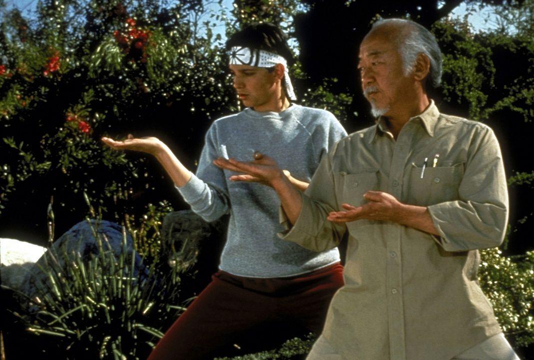 Die Weisheit seines Lehrers und Freundes Miyagi (Noriyuki Morita, r.) verhilft Daniel (Ralph Macchio, l.) auch diesmal wieder zum Sieg ... - Bildquelle: Columbia Pictures