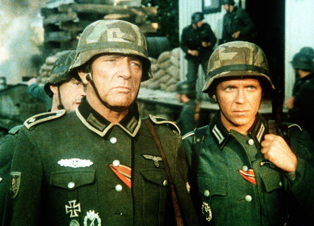 Sergeant Rolf Steiner (Richard Burton, l.); Korporal Paul Anselm (Dieter Schidor, r.) - Bildquelle: Worldvision Enterprises Inc.
