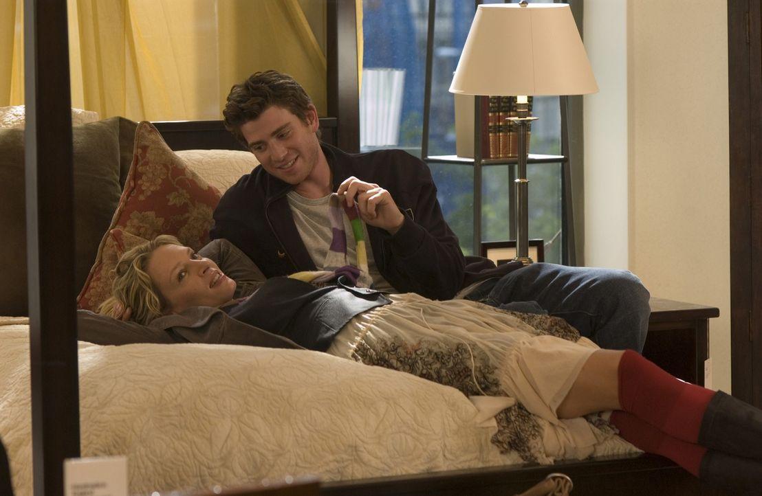 Nach einer gescheiterten Ehe findet die 37-jährige Karrierefrau Rafi (Uma Thurman, l.) in dem Künstler David (Bryan Greenberg, r.) ihre große Liebe.... - Bildquelle: TOBIS FILM