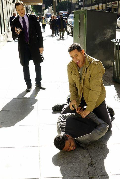 Hat sich Esposito (Jon Huertas, r.) bei Bolts (Roshawn Franklin, unten) Verhaftung wirklich das Knie verletzt, oder lügt er Castle an, um mit Kevin... - Bildquelle: Richard Cartwright ABC Studios