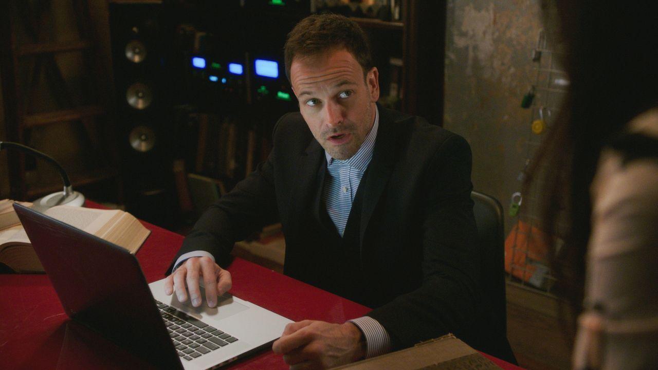 Sherlock (Jonny Lee Miller) sieht sich gezwungen, für die Lösung seines neusten Falls mit seinem Vater zusammenzuarbeiten ... - Bildquelle: 2015 CBS Broadcasting Inc. All Rights Reserved.