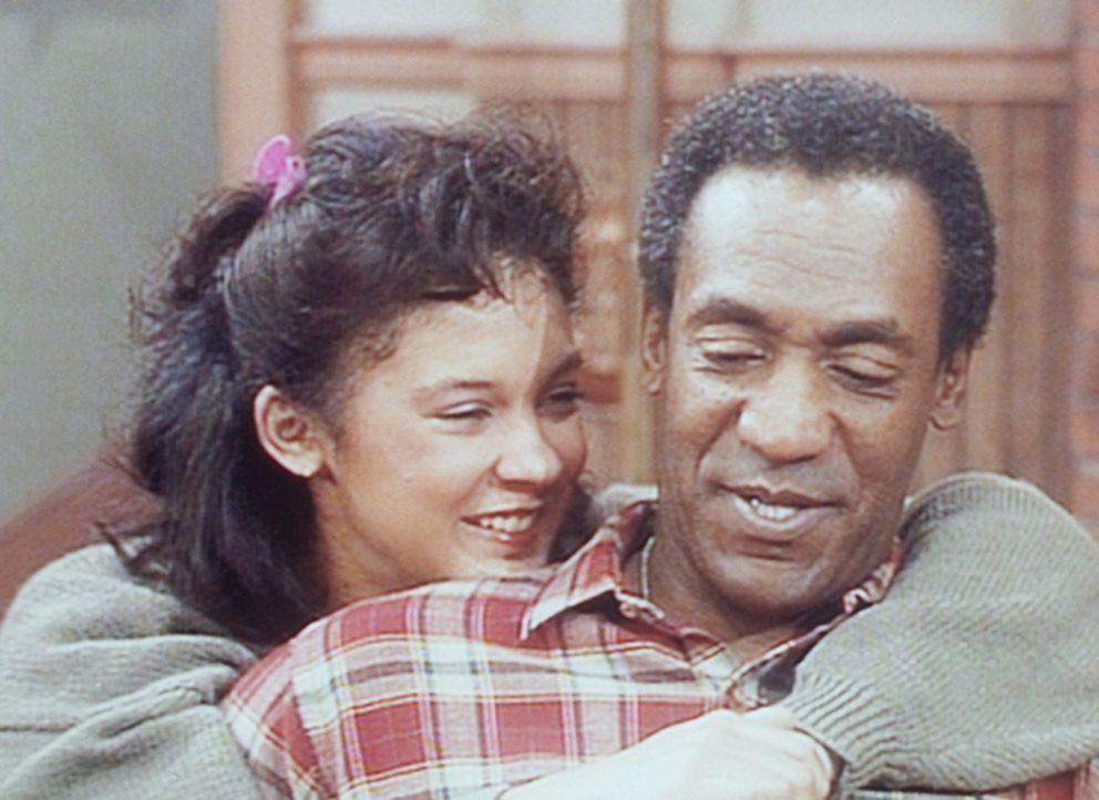Sondra (Sabrina LeBeauf, l.) versucht, Cliff (Bill Cosby, r.) seine Erlaubnis zu einem Ferienaufenthalt in Paris abzuringen. - Bildquelle: Viacom