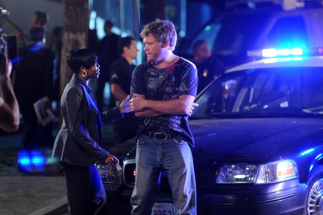 Lydia (Regina King, l.) verspricht Mr. Davis (Scott Michael Campbell, r.), alles dafür zu tun, seine vermisste Tochter zu finden ... - Bildquelle: Warner Brothers