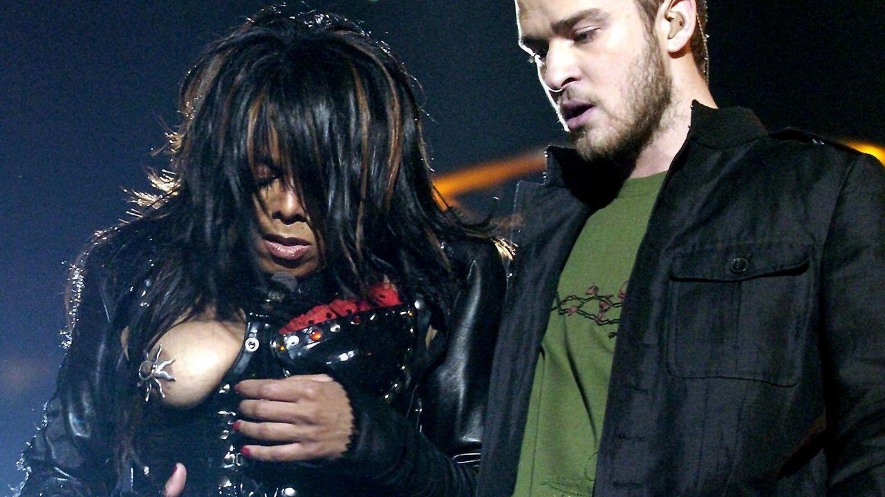 Janet Jackson und Justin Timberlake beim Superbowl 2004 - Bildquelle: Picture Alliance/dpa
