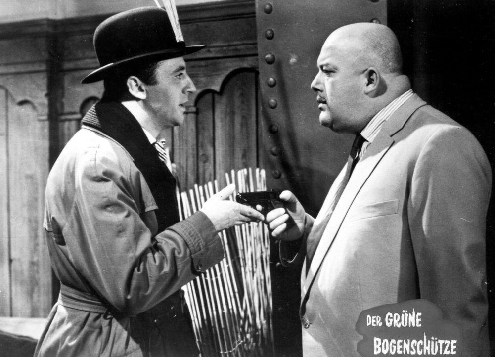 Spike Holland (Eddi Arent, l.) überrascht den Gangster Coldharbour Smith (Stanislav Ledinek, r.), in dessen Gewalt sich Valerie befindet ... - Bildquelle: Constantin Film