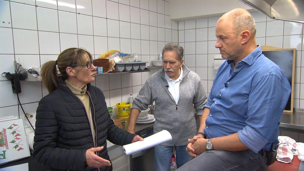 Stefano (M.) und seine Frau Eva (l.) brauchen dringend Hilfe, denn ihnen bleiben nicht nur die Gäste aus, sondern auch die Stimmung ist im Lokal nic... - Bildquelle: kabel eins