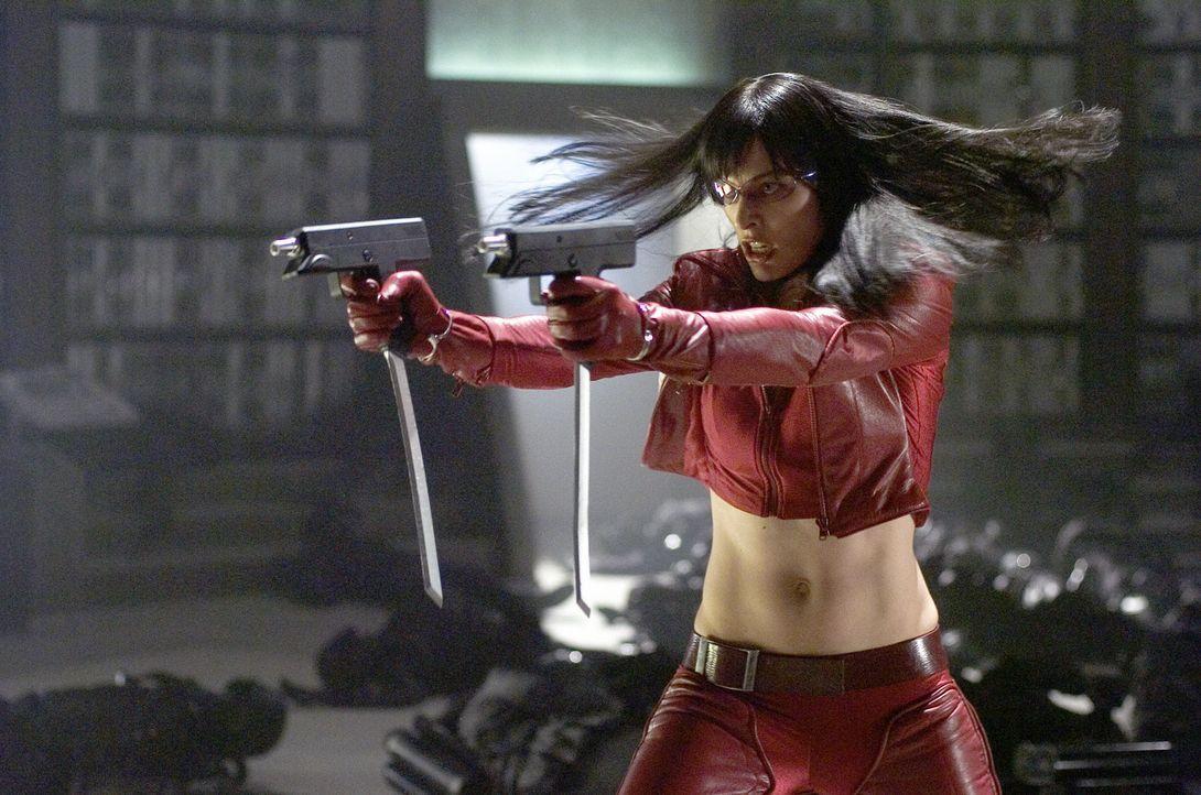 """Erst sehr spät erkennt Violet (Milla Jovovich), dass ihre """"Waffe"""" ein kleiner Junge ist ... - Bildquelle: 2006 Screen Gems, Inc. All Rights Reserved."""