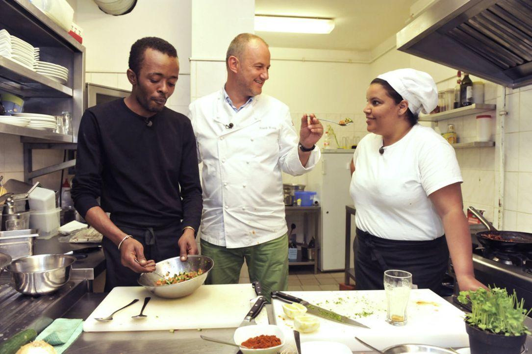 """Kann Frank Rosin (M.) Jonas Gebresselassie (l.) und seinem afrikanischen Restaurant """"Savanna"""" wieder auf die Beine helfen? - Bildquelle: Claudius Pflug kabel eins"""