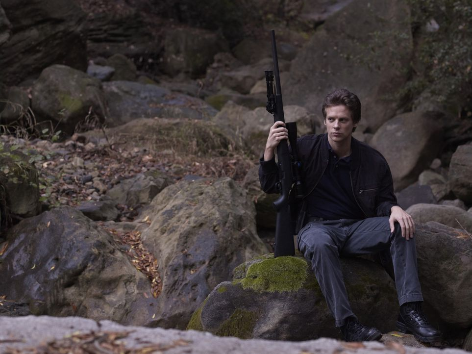 (2. Staffel) - Der sehr gut ausgebildete Scharfschütze Tim Gutterson (Jacob Pitts) beherrscht den Umgang mit allen Waffen hervorragend. - Bildquelle: 2011 Sony Pictures Television Inc. and Bluebush Productions, LLC. All Rights Reserved.