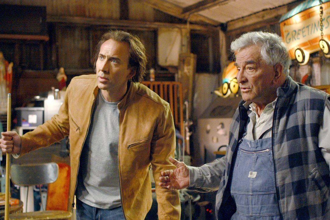 Cris Johnson (Nicolas Cage, l.) hat ein Geheimnis: Er kann einige Minuten in die Zukunft sehen. Aber da er als Kind unzählige verstörende Untersuc... - Bildquelle: t   2007 Paramount pictures. All Rights Reserved.