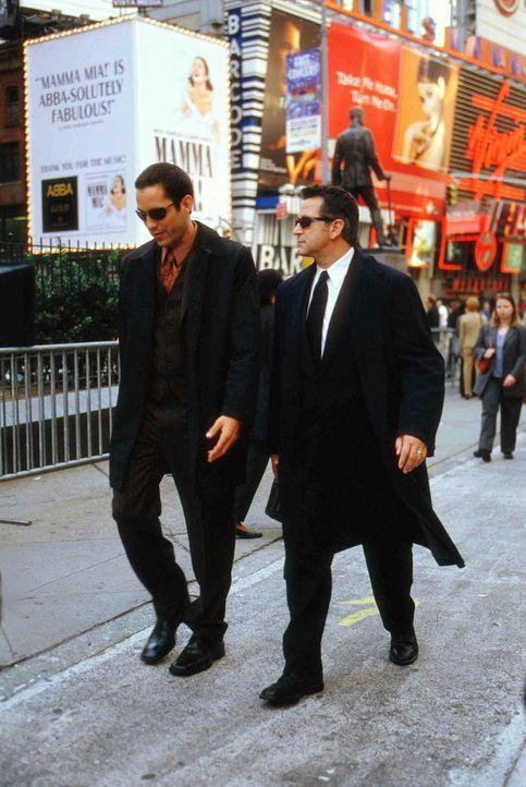 Nach vielen mühseligen Recherchen gelingt es FBI-Agent Danny Taylor (Enrique Murciano, l.) und Detective Jack Malone (Anthony LaPaglia, r.), eine Sp... - Bildquelle: Warner Bros. Entertainment Inc.