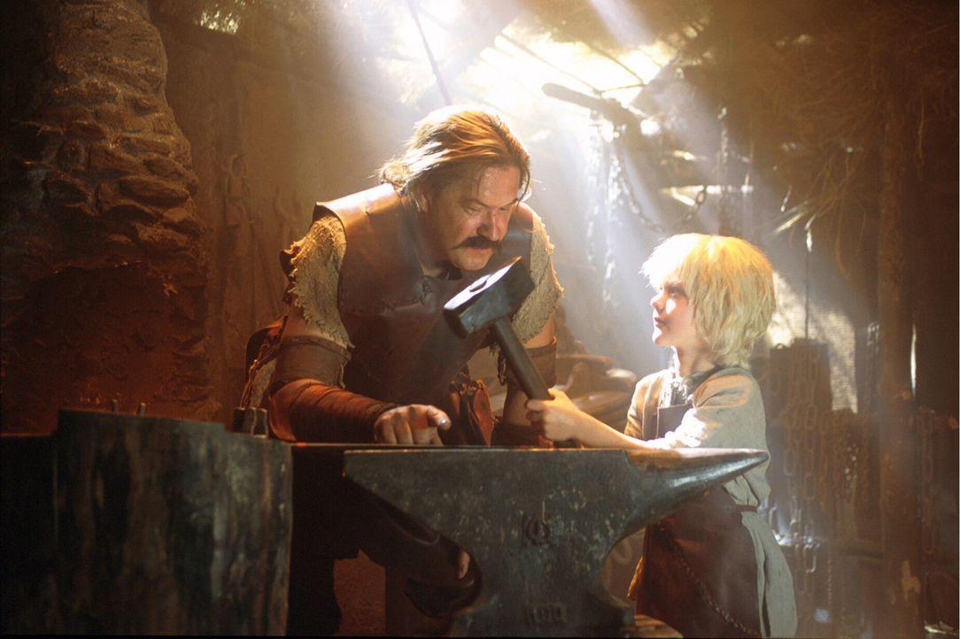 Der Schmied Mime (Michael Brandner, l.) nimmt das Findelkind Siegfried unter seine Fittiche und merkt sofort, dass der unglaublich stark ist … - Bildquelle: Constantin Film