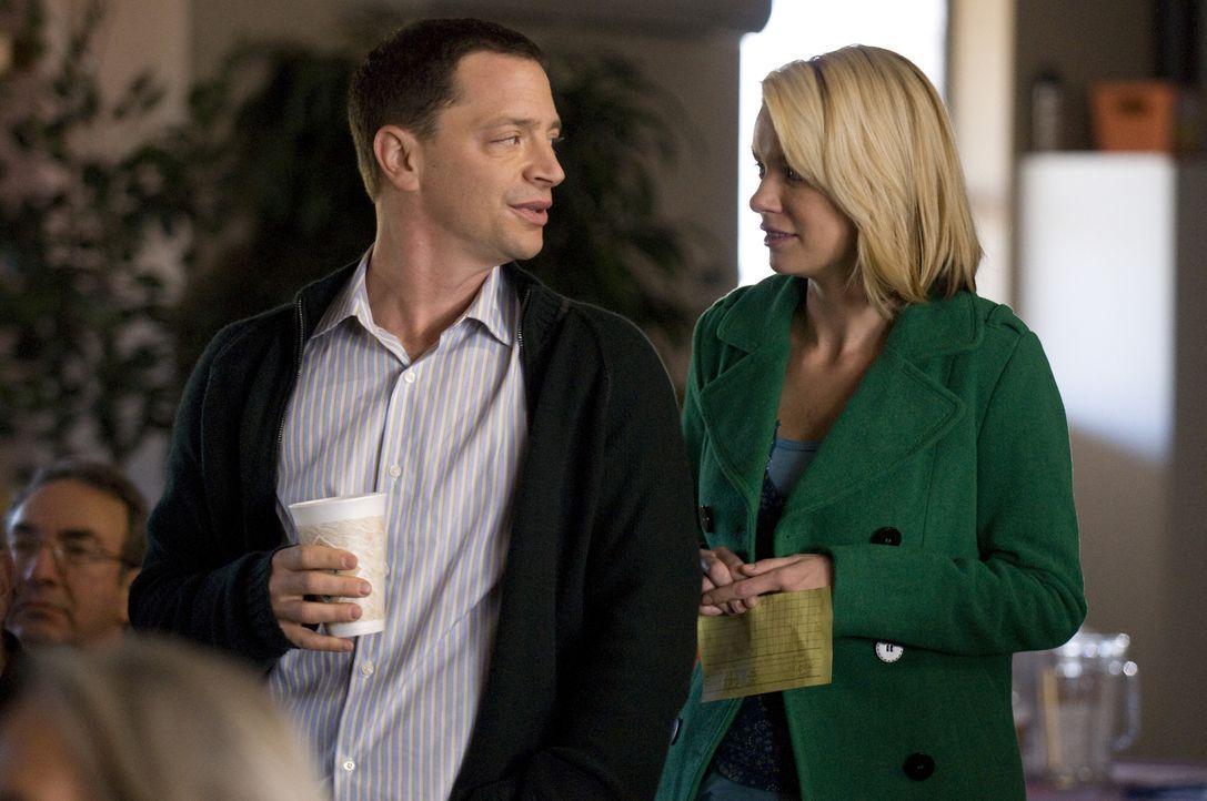 Eigentlich will Brandi (Nichole Hiltz, r.) nur für ihre Mutter zu dem Treffen, doch der charismatische Peter (Joshua Malina, l.) interessiert sie ... - Bildquelle: USA Network