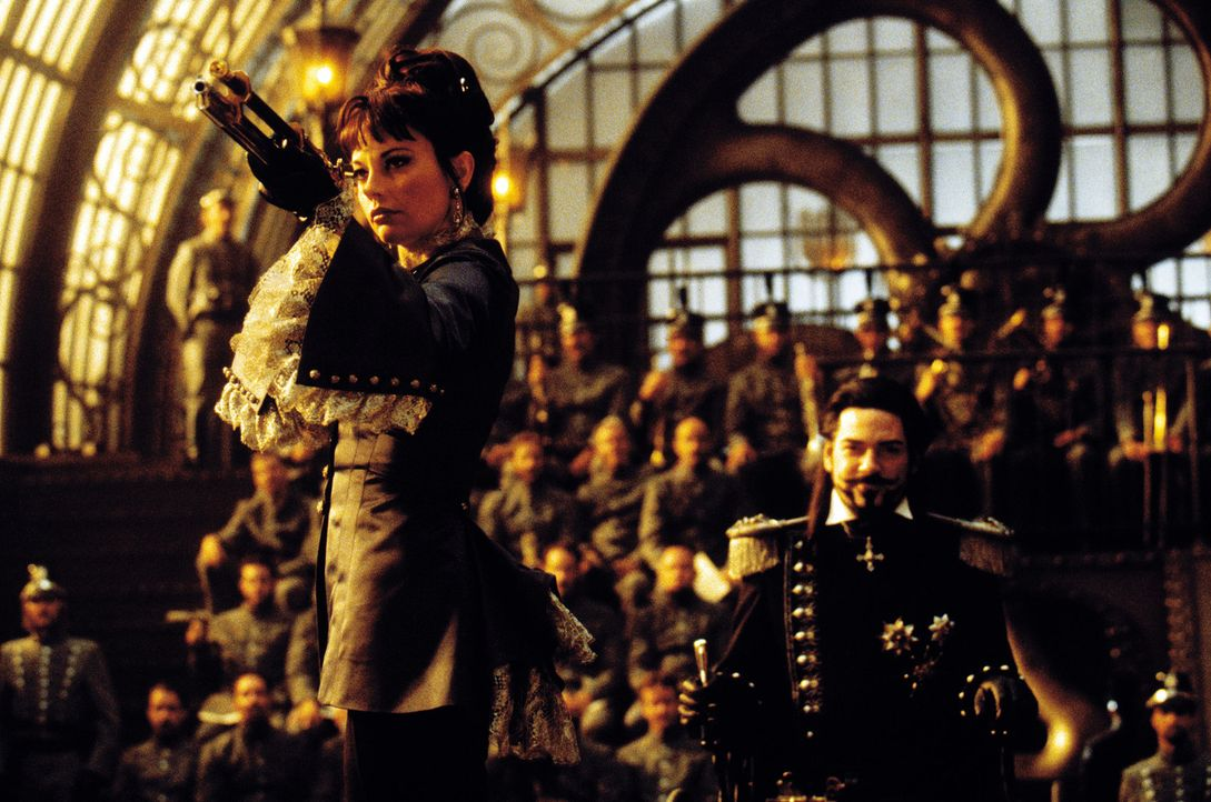 Munitia (Musetta Vander, l.), die schießwütige, ist dem irren Dr. Loveless (Kenneth Branagh, r.) treu ergeben ... - Bildquelle: Warner Bros. Pictures