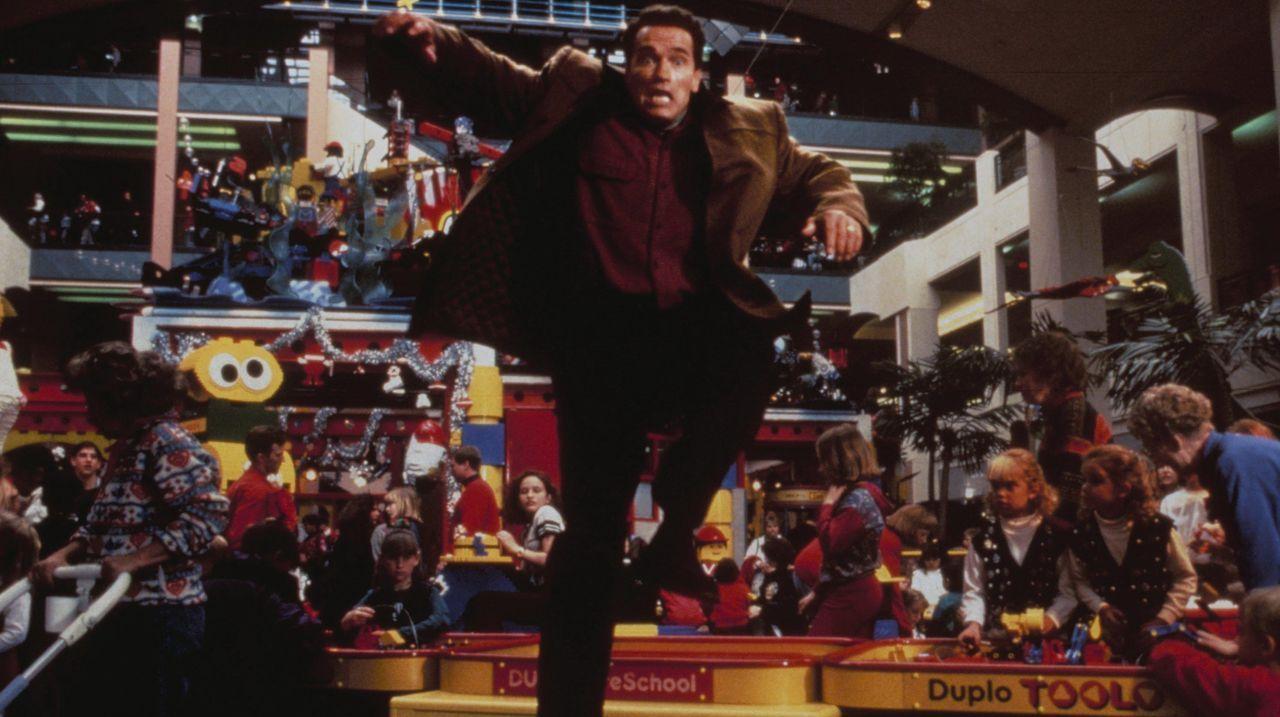 Kampf um das Weihnachtsgeschenk für seinen Sohn: Howard Langston (Arnold Schwarzenegger, M.) - Bildquelle: 1996 Twentieth Century Fox Film Corporation. All rights reserved.