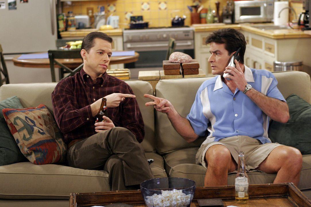 Gehen sich gegenseitig ziemlich auf die Nerven: Charlie (Charlie Sheen, r.) und Alan (Jon Cryer, l.) ... - Bildquelle: Warner Bros. Television
