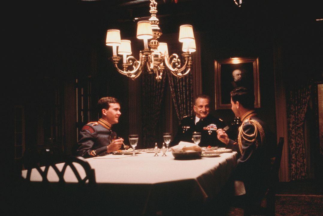 Brian Moreland (Timothy Hutton, l.) und General Harlan Bache (George C. Scott, M.) woollen auf keinen Fall zulassen, dass die Militärakademie 'Bunke... - Bildquelle: 20th Century Fox Film Corporation