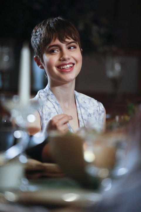Nicky (Sami Gayle) freut sich über das gemeinsame Essen mit der Familie ... - Bildquelle: 2013 CBS Broadcasting Inc. All Rights Reserved.