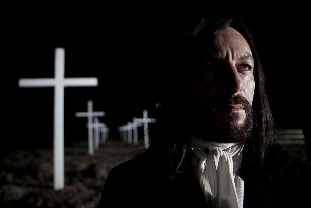 Die christliche Fassade trügt: Prediger Josiah (Jason Isaacs) ist ein brutaler, machtgieriger Sadist und skrupelloser Grundbesitzer ... - Bildquelle: 2012 ARC Entertainment LLC