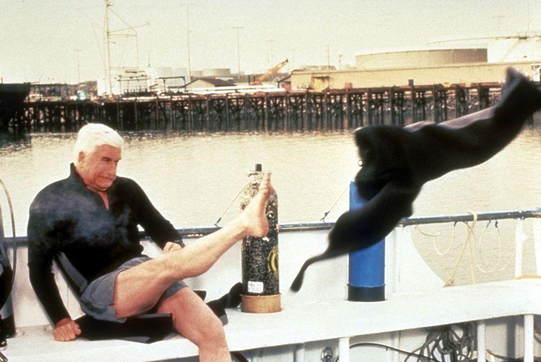 Da zieht?s einem die Hosen aus: Der neue Fall macht selbst dem routinierten Frank (Leslie Nielsen) schwer zu schaffen ... - Bildquelle: United International Pictures