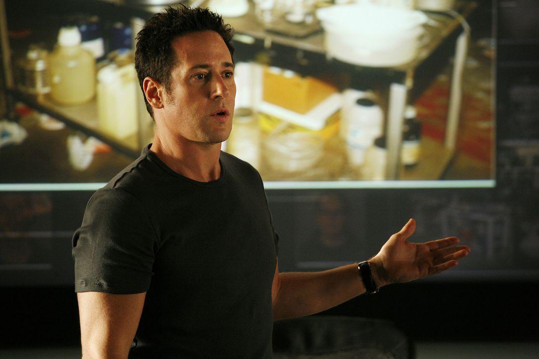"""In einem Drogenlabor haben Don Eppes (Rob Morrow) und sein Team einen Hinweis gefunden, dass die rassistische Gruppierung """"America Front"""" einen Bomb... - Bildquelle: Paramount Network Television"""