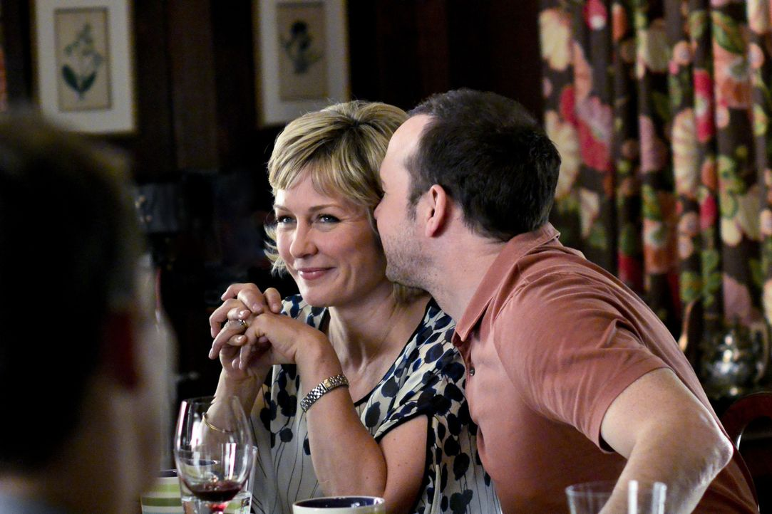 Eine Exfreundin von Danny (Donnie Wahlberg, r.) taucht unerwartet auf: Wie wird seine Frau Linda (Amy Carlson, l.) darauf reagieren? - Bildquelle: 2013 CBS Broadcasting Inc. All Rights Reserved.