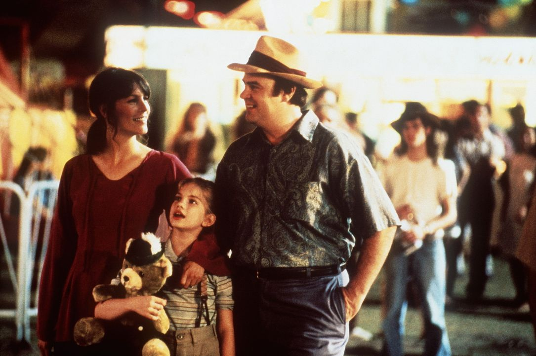 Geschickt eingefädelt: Vada (Anna Chlumsky, M.) freut sich, dass sich ihr Dad (Dan Aykroyd, r.) und die patente Shelly (Jamie Lee Curtis, l.) so gu... - Bildquelle: Columbia Pictures