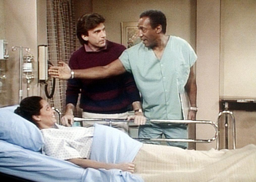 Bei Mrs. Westlake (Sonia Braga, l.) haben die Wehen zu früh eingesetzt. Ihr Mann Jack (Matt Williams, M.) ist darüber aufgeregter als sie selbst,... - Bildquelle: Viacom