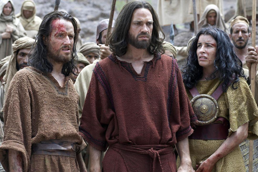 Seine leiblichen Geschwister Aaron (Linus Roache, l.) und Miriam (Susan Lynch, r.) sind Moses (Dougray Scott, M.) wichtigste Vertraute ... - Bildquelle: Hallmark Entertainment